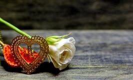 Η χρυσή καρδιά και αυξήθηκε λουλούδι Στοκ εικόνα με δικαίωμα ελεύθερης χρήσης