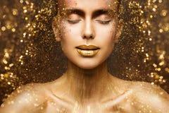 Η χρυσή μόδα Makeup, το πρόσωπο ομορφιάς τέχνης και τα χείλια αποτελούν στα χρυσά σπινθηρίσματα, όνειρα γυναικών στοκ φωτογραφία με δικαίωμα ελεύθερης χρήσης