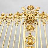 Η χρυσή πύλη του παλατιού των Βερσαλλιών, ή πύργος de Βερσαλλίες, ή απλά Βερσαλλίες, στη Γαλλία Στοκ Εικόνα