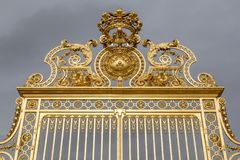 Η χρυσή πύλη του παλατιού των Βερσαλλιών, ή πύργος de Βερσαλλίες, ή απλά Βερσαλλίες, στη Γαλλία Στοκ εικόνα με δικαίωμα ελεύθερης χρήσης
