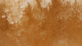 Η χρυσή σκόνη παίρνει στο νερό και διασκορπίζεται από ένα σύννεφο απόθεμα βίντεο
