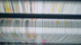 Η χρωματισμένη ενός κομματιού σελίδα εγγράφου κυλά μέσω του μηχανισμού φιλμ μικρού μήκους