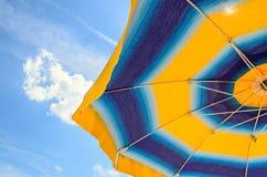 Η χρωματισμένη ομπρέλα θαλάσσης, μπλε ουρανός, υπαίθριος, κλείνει κατά το ήμισυ επάνω Στοκ Φωτογραφία