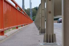 Η χρωματισμένη περίφραξη της οδικής γέφυρας στη συγκλίνουσα προοπτική στοκ εικόνα