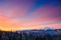 η χώρα κάλυψε τον υψηλό σπιτιών πρωινού βουνών χειμώνα χιονιού οδικών στεγών μικρό Στοκ Εικόνα