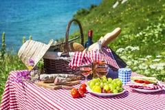 η χλόη γευμάτων αγοριών έχει λίγη picnic μεσημεριού λιβαδιών πίτσα δύο Στοκ Φωτογραφία