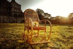 Η ψάθινη λικνίζω-καρέκλα περιμένει holiday-maker Στοκ Εικόνα