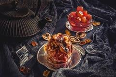 Η ψημένη Apple με τα καρύδια, το μέλι και τη μαρμελάδα της Apple για το τσάι Στοκ Εικόνες