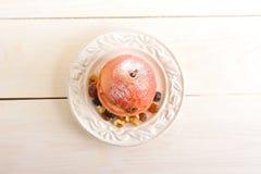 Η ψημένη Apple με την κανέλα, την κονιοποιημένη ζάχαρη, τις σταφίδες και τα ξύλα καρυδιάς ι Στοκ Εικόνες