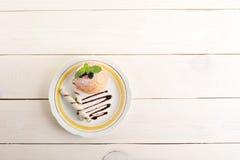 Η ψημένη Apple με τους ρόλους γκοφρετών σε ένα πιάτο με τη σοκολάτα και powde Στοκ φωτογραφία με δικαίωμα ελεύθερης χρήσης