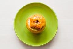 Η ψημένη Apple με το μέλι και την κανέλα σε ένα πιατάκι Η έννοια μιας υγιεινής διατροφής χωρίς τη ζάχαρη και αλεύρι Στοκ Εικόνα
