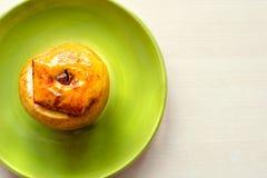 Η ψημένη Apple με το μέλι και την κανέλα σε ένα πιατάκι Η έννοια μιας υγιεινής διατροφής χωρίς τη ζάχαρη και αλεύρι Στοκ Εικόνες