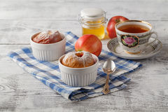 Η ψημένη Apple με το τσάι Ζύμη και κανέλα ριπών Με το διάστημα αντιγράφων Στοκ Εικόνα