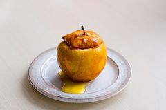 Η ψημένη Apple ψιλόβρεξε με το μέλι Η έννοια μιας υγιεινής διατροφής χωρίς τη ζάχαρη και αλεύρι Στοκ εικόνα με δικαίωμα ελεύθερης χρήσης