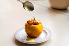 Η ψημένη Apple ψιλόβρεξε με το μέλι Η έννοια μιας υγιεινής διατροφής χωρίς τη ζάχαρη και αλεύρι Στοκ φωτογραφία με δικαίωμα ελεύθερης χρήσης