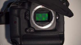 Η ψηφιακή κάμερα SLR είναι στον πίνακα φιλμ μικρού μήκους
