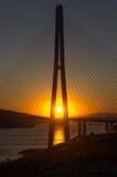 Η ψηλή καλώδιο-μένοντη γέφυρα στο ηλιοβασίλεμα Στοκ Εικόνες