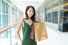 Η ψωνίζοντας γυναίκα απολαμβάνει τις αγορές παραθύρων Στοκ Φωτογραφία