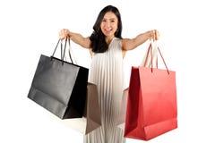 Η ψωνίζοντας γυναίκα με αγορές τοποθετεί σε σάκκο στοκ εικόνα με δικαίωμα ελεύθερης χρήσης