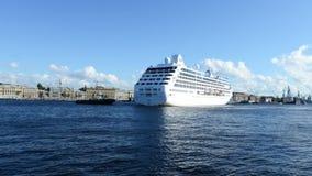 Η ωκεάνια πριγκήπισσα σκαφών της γραμμής κρουαζιέρας αναχωρεί από τη Αγία Πετρούπολη, Ρωσία φιλμ μικρού μήκους