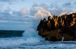 Η ωκεάνια συντριβή ενάντια στους βράχους στοκ εικόνα
