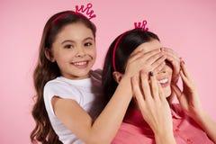 Η όμορφες μητέρα και η κόρη υποκρίνονται μέσα τις κορώνες στοκ εικόνες