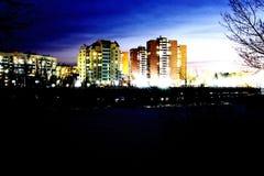 Η όμορφη άποψη νύχτας πόλεων είναι η άποψη των σπιτιών και των δέντρων στοκ φωτογραφίες με δικαίωμα ελεύθερης χρήσης