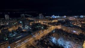 Η όμορφη άποψη νύχτας σχετικά με την πόλη το χειμώνα, αυτοκίνητα κινείται, φω'τα στα παράθυρα απόθεμα βίντεο