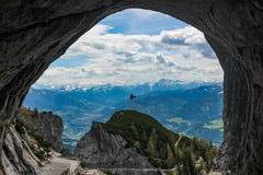 Η όμορφη άποψη που εξετάζει έξω η σπηλιά Eisriesenwelt κοντά σε Werfen στην Αυστρία στοκ φωτογραφία με δικαίωμα ελεύθερης χρήσης