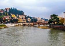 Η όμορφη άποψη της εικονικής παράστασης πόλης της Βερόνα, ο ποταμός Adige και η ιστορική πέτρα γεφυρώνουν Ponte Pietra Ιταλία στοκ εικόνες