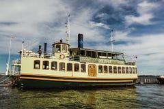 Η όμορφη άποψη της παλαιάς εκλεκτής ποιότητας αναδρομικής βάρκας κρουαζιέρας ατμού έφθασε στην επανάλειψη οι επιβάτες τους για έν Στοκ φωτογραφίες με δικαίωμα ελεύθερης χρήσης