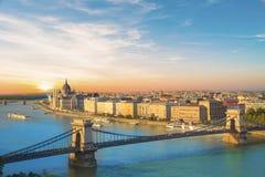 Η όμορφη άποψη του ουγγρικού Κοινοβουλίου και η αλυσίδα γεφυρώνουν στο πανόραμα της Βουδαπέστης τη νύχτα, Ουγγαρία Στοκ φωτογραφίες με δικαίωμα ελεύθερης χρήσης