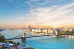 Η όμορφη άποψη του ουγγρικού Κοινοβουλίου και η αλυσίδα γεφυρώνουν στο πανόραμα της Βουδαπέστης τη νύχτα, Ουγγαρία Στοκ Εικόνες