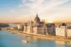 Η όμορφη άποψη του ουγγρικού Κοινοβουλίου και η αλυσίδα γεφυρώνουν στο πανόραμα της Βουδαπέστης τη νύχτα, Ουγγαρία Στοκ φωτογραφία με δικαίωμα ελεύθερης χρήσης