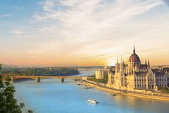 Η όμορφη άποψη του ουγγρικού Κοινοβουλίου και η αλυσίδα γεφυρώνουν στο πανόραμα της Βουδαπέστης τη νύχτα, Ουγγαρία Στοκ εικόνες με δικαίωμα ελεύθερης χρήσης