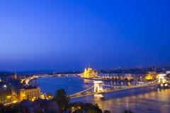 Η όμορφη άποψη του ουγγρικού Κοινοβουλίου και η αλυσίδα γεφυρώνουν στο πανόραμα της Βουδαπέστης, Ουγγαρία Στοκ Φωτογραφία