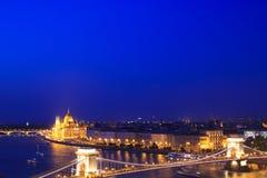 Η όμορφη άποψη του ουγγρικού Κοινοβουλίου και η αλυσίδα γεφυρώνουν στο πανόραμα της Βουδαπέστης, Ουγγαρία Στοκ φωτογραφίες με δικαίωμα ελεύθερης χρήσης