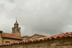 Η όμορφη άποψη των στεγών Medinaceli ως κύριο θέμα στην κορυφή της είναι το καμπαναριό της εκκλησίας 19 Μαρτίου 2016 Αρχιτεκτονικ Στοκ Φωτογραφία