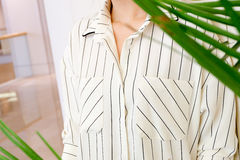 Η όμορφη άσπρη ριγωτή μόδα πουκάμισων μπλουζών γυναικών απαριθμεί κοντά επάνω ελάχιστο άνετο καθιερώνον τη μόδα ύφος μόδας Στοκ φωτογραφία με δικαίωμα ελεύθερης χρήσης