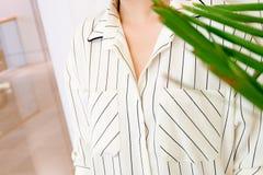 Η όμορφη άσπρη ριγωτή μόδα πουκάμισων μπλουζών γυναικών απαριθμεί κοντά επάνω ελάχιστο άνετο καθιερώνον τη μόδα ύφος μόδας Στοκ Εικόνα