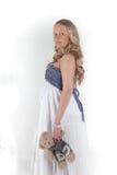 Η όμορφη έγκυος γυναίκα με το παιχνίδι αντέχει Στοκ εικόνα με δικαίωμα ελεύθερης χρήσης