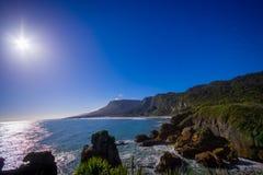 Η όμορφη έλξη των σχηματισμών ασβεστόλιθων στους βράχους τηγανιτών με τον ήλιο λάμπει στο μπλε ουρανό, Punakaiki, δυτική ακτή στοκ εικόνες με δικαίωμα ελεύθερης χρήσης