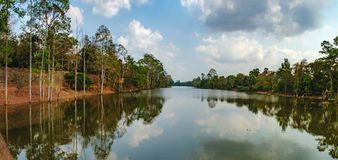 Η όμορφη λίμνη μεταξύ του τροπικού δάσους στην Καμπότζη Στοκ φωτογραφία με δικαίωμα ελεύθερης χρήσης
