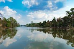 Η όμορφη λίμνη μεταξύ του τροπικού δάσους στην Καμπότζη Στοκ εικόνες με δικαίωμα ελεύθερης χρήσης