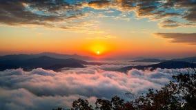 Η όμορφη ανατολή στα βουνά καλύπτεται από την ομίχλη πρωινού στη Σεούλ, Κορέα Στοκ Εικόνα