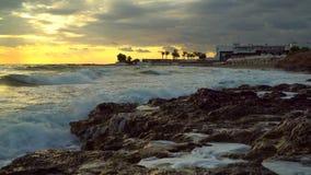 Η όμορφη ανατολή στα κύματα παραλιών κτυπά ενάντια στην ακτή απόθεμα βίντεο
