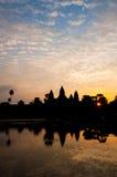 Η όμορφη ανατολή, σκιαγραφία Angkor Wat στην ανατολή, ο καλύτερος χρόνος το πρωί σε Siem συγκεντρώνει, Καμπότζη Στοκ φωτογραφία με δικαίωμα ελεύθερης χρήσης