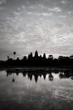 Η όμορφη ανατολή, σκιαγραφία Angkor Wat στην ανατολή, ο καλύτερος χρόνος το πρωί σε Siem συγκεντρώνει, Καμπότζη Στοκ Φωτογραφία