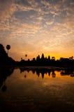 Η όμορφη ανατολή, σκιαγραφία Angkor Wat στην ανατολή, ο καλύτερος χρόνος το πρωί σε Siem συγκεντρώνει, Καμπότζη Στοκ εικόνα με δικαίωμα ελεύθερης χρήσης