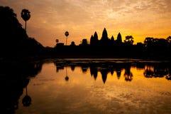 Η όμορφη ανατολή, σκιαγραφία Angkor Wat στην ανατολή, ο καλύτερος χρόνος το πρωί σε Siem συγκεντρώνει, Καμπότζη Στοκ Εικόνα